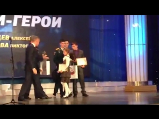Детский омбудсмен Павел Астахов встал на колени, когда вручал награду 10-летней девочке Вике Ивановой из Карелии.