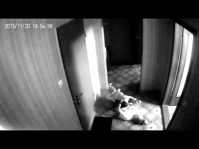 Девушка издевается над котом, душит, бедный котик.