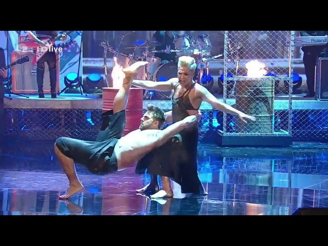 Pink - Try LIVE at Wetten dass HD - Pink Try directo Best Performance Choreography