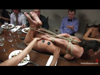Связанная голая телка корчится на обеденном столе от ударов током. Это ужин садистов.