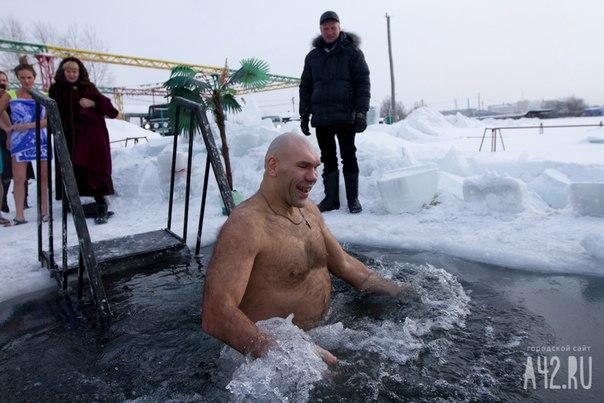 Николай Валуев на крещение искупается в красноярской проруби.  Спортсм