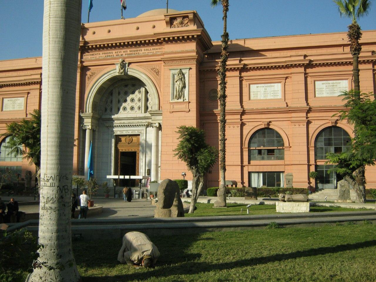 Перед входом в Египетский музей