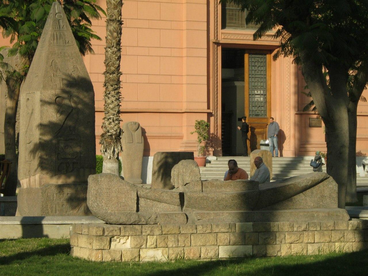 экспонаты перед входом в Египетский музей