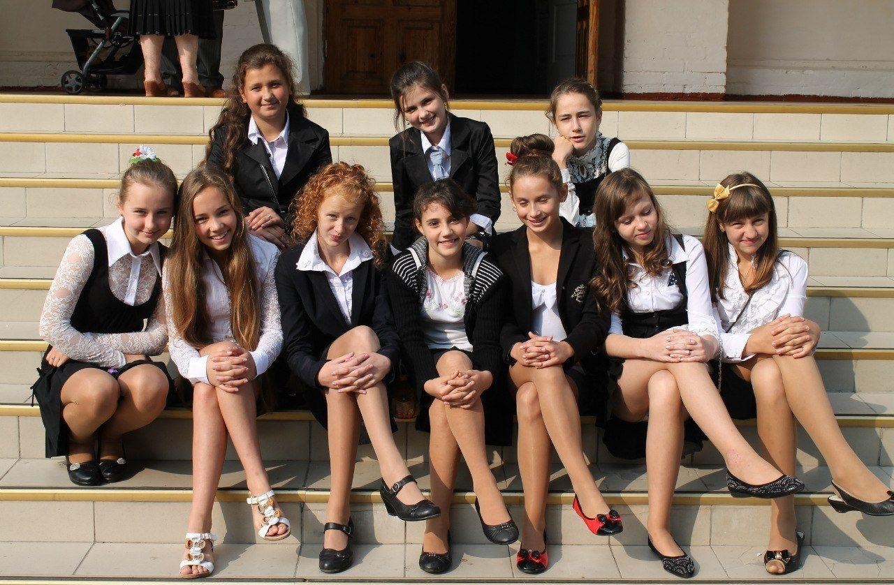 У одноклассницы по юбкой 21 фотография
