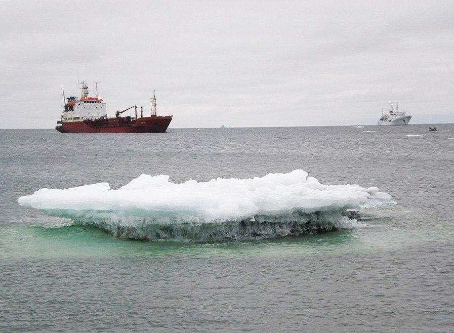 Якорная стоянка и лед у мыса Челюскина