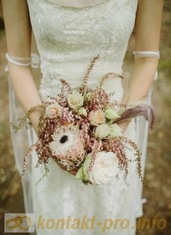 Астильба в букете невесты http://kontakt-pro.info/stili_svadeb/39-astilba-v-buke...