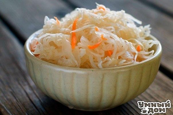 Очень вкусная быстрая капуста! Ингредиенты: - 2 кг - капусты - 0,4 кг - моркови - 4 дольки - чеснока - можно добавить яблоко, свёклу Маринад: - 150 мл - раст.масло - 150 мл - 9 % уксуса - 100 гр. - сахара - 2 ст.л. - соли - 3 шт. - лавр.листа - 5-6 горошин - черного перца - 0,5 л - воды Приготовление: 1. Всё нашинковать, морковь натереть, чеснок порезать пластинками. Уложить плотно в банку. 2. В кастрюлю залить все компоненты для маринада и всё прокипятить 5 мин. Залить кипящим маринадом…