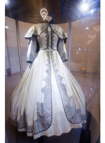 На аукцион было выставлено 150 вещей культового фильма. Среди них было и платье Скарлетт О'Хара. Именно оно стало самой дорогой вещицей, его оценили в $137 тысяч. Фильму «Унесенные ветром» уже более 75 лет, но он и сегодня считается классикой жанра.