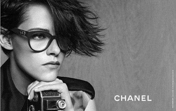 Этот год стал богатым на сотрудничество Стюарт и дома Chanel. В начале марта она рекламировала брендовые сумки «Boy» и «Girl», «11.12» вместе с Элис Деллал и Ванессой Паради.