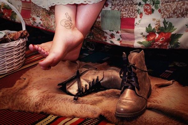 «Долой скуку» можно считать девизом Бохо. Тет-а-тет с природой никогда не бывает скучно, поэтому Бохо можно считать синонимом природности и натуральности. В интерьере Бохо прежде всего отдайте предпочтение дереву, камню, домотканому полотну и вязаным коврикам.
