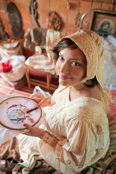 Бохо любит этнические мотивы. Будь то цветастые цыганские платки, узоры в стиле Африки или Индии, бабушкины вязание и вышивки – все, что душа пожелает, любая бахрома, тесьма, кружево.