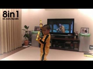 Маленький 5-летний мальчик полностью повторяет боевую сцену с Брюсом Ли / Bruce Lee's nunchaku scene By children 5 years old