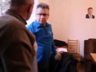 Львовские депутаты отпиздили тупого хахла который их начал снимать