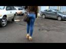 Милашка с красивой фигуркой в джинсах 1
