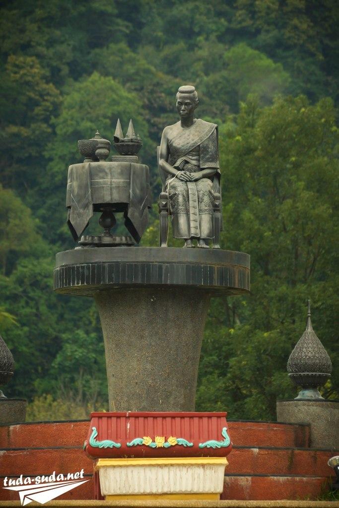 Памятник в Анг Кханг