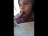 Маленькая девочка сосёт конфету и не понимает чего взрослые на неё так смотрят .смотреть всем ))))
