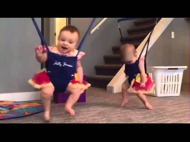 Близнецы в прыгунках прыгают под музыку