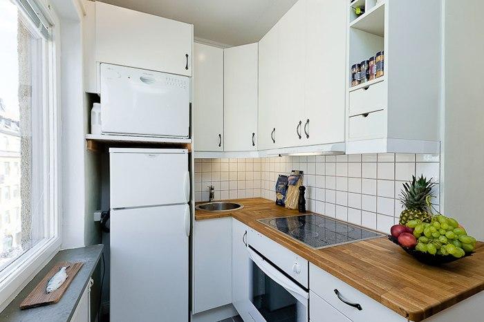Квартира-студия 26 м: кровать отделена от гостиной высоким стеллажом.