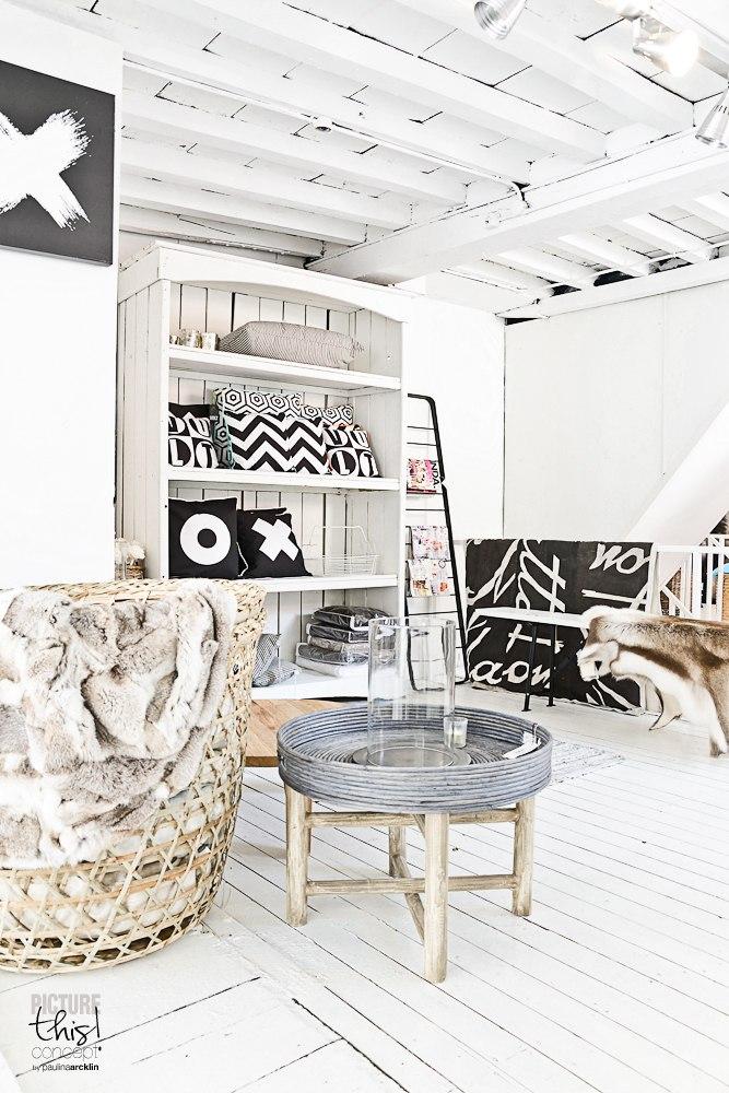 Уютный интерьер в белов цвете в стиле кантри