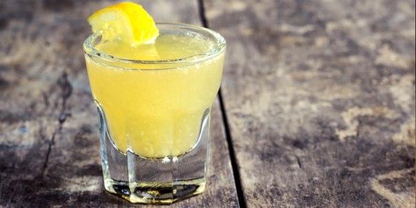 Как приготовить Limoncello – итальянский лимонный ликер Limoncello (Лимончелло) — это популярный в Италии ликер, который найдется практически в любом итальянском баре. Там часто можно увидеть, как официант достает из холодильника замороженную, покрытую инеем бутылку с лимонами на этикетке и маленькие высокие стопочки из морозилки, а затем наливает густую желтую жидкость с восхитительным вкусом.