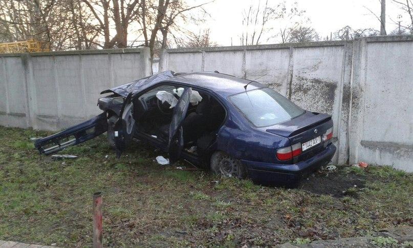 ДТП за выходные: автомобиль разбили о бетонный забор