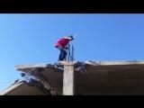 Как правильно падать на бетон. Прикол на стройке-360p