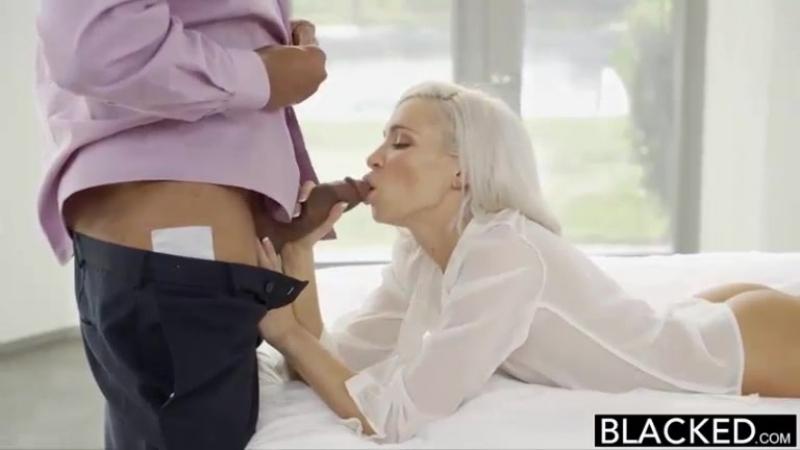 Красивый секс в спальне со связанным парнем и игривой самкой