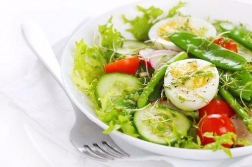 Салат с овощами и яйцами