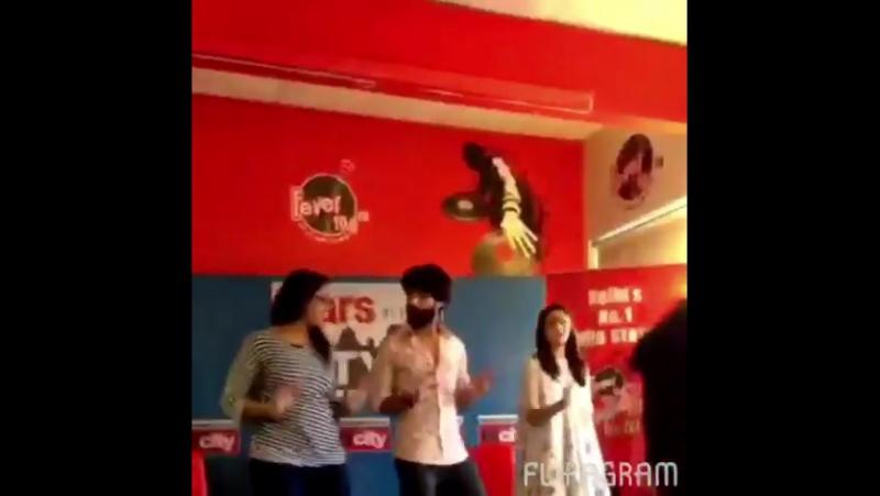 Desimartini в Твиттере Watch @shahidkapoor and @aliaa08 grooving to the tunes of RaaitaPhailGaya with a fan ShaandaarFAQ @h