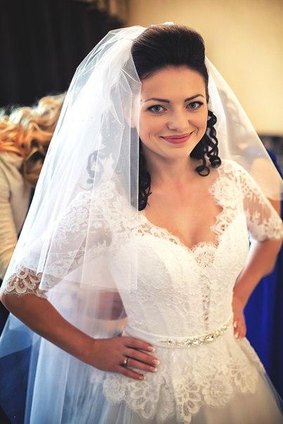 Щасливе біле корсетне весільне плаття