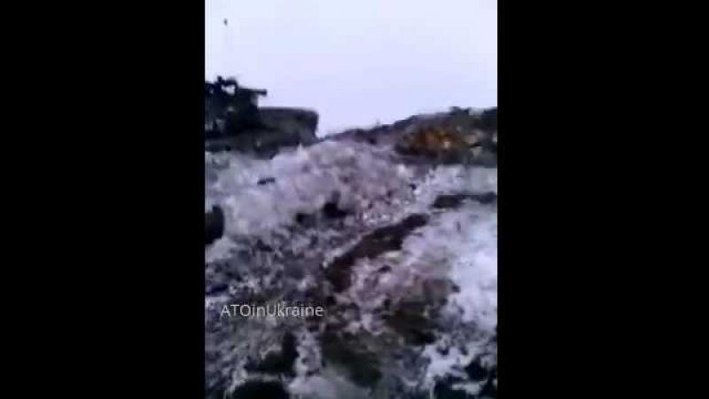 Украина, Донбасс, Сонжаровка. Подбитые российские танки, мёртвые сепаратисты в танке