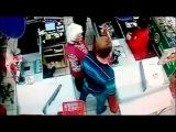 В супермаркете Сызрани молодой человек нанёс мощный удар по лицу стоявшей рядом пожилой женщины - Первый канал