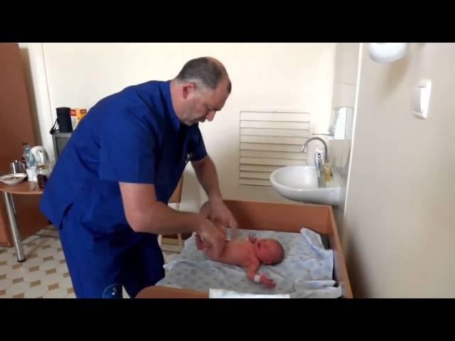 Осмотр ортопедом ребенка в больнице