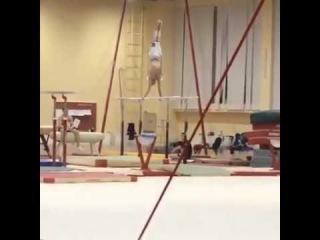 Украинский гимнаст на тренировке - тройное с брусьев