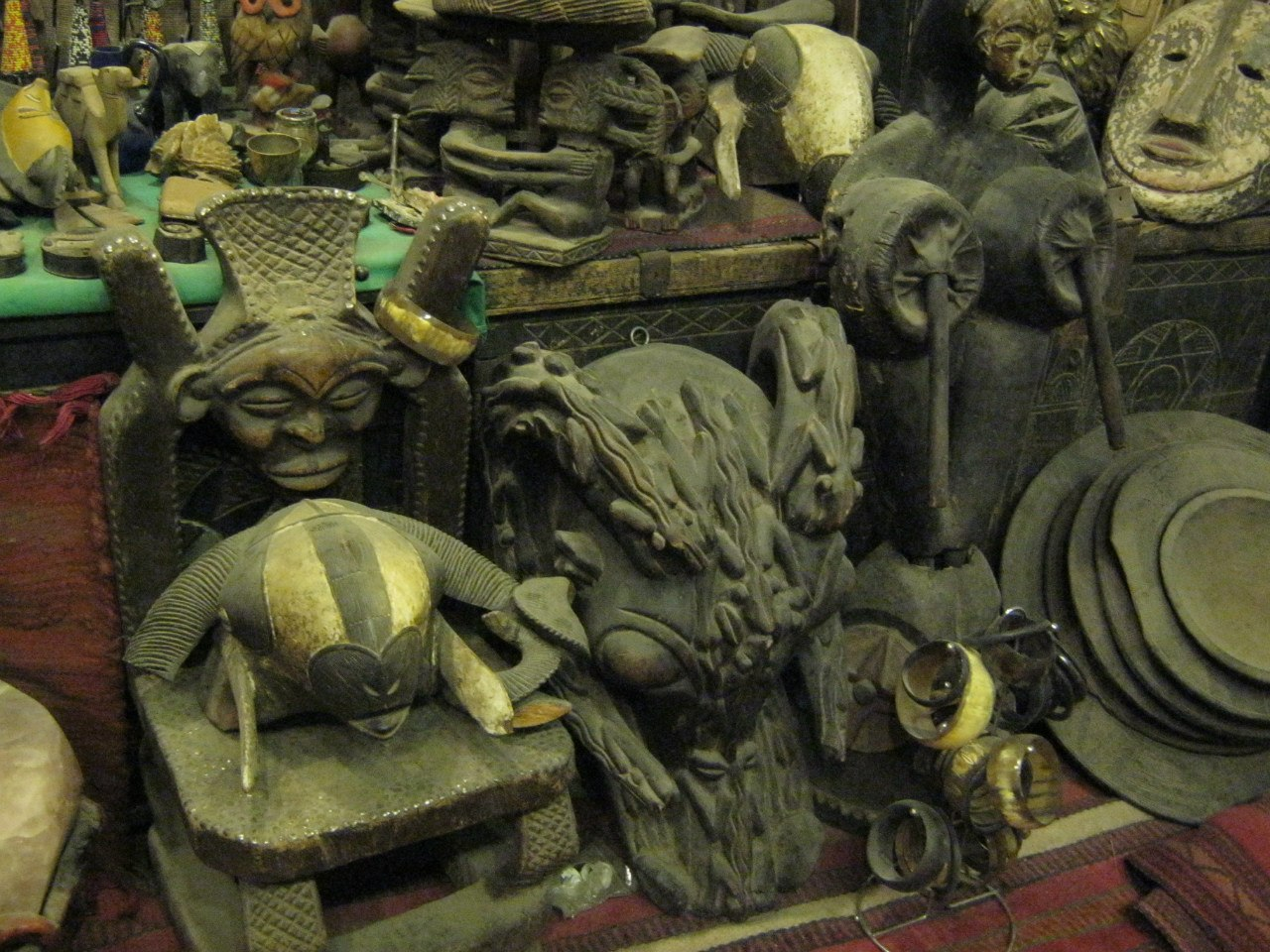 маски из чёрной Африки на базаре в Асуане