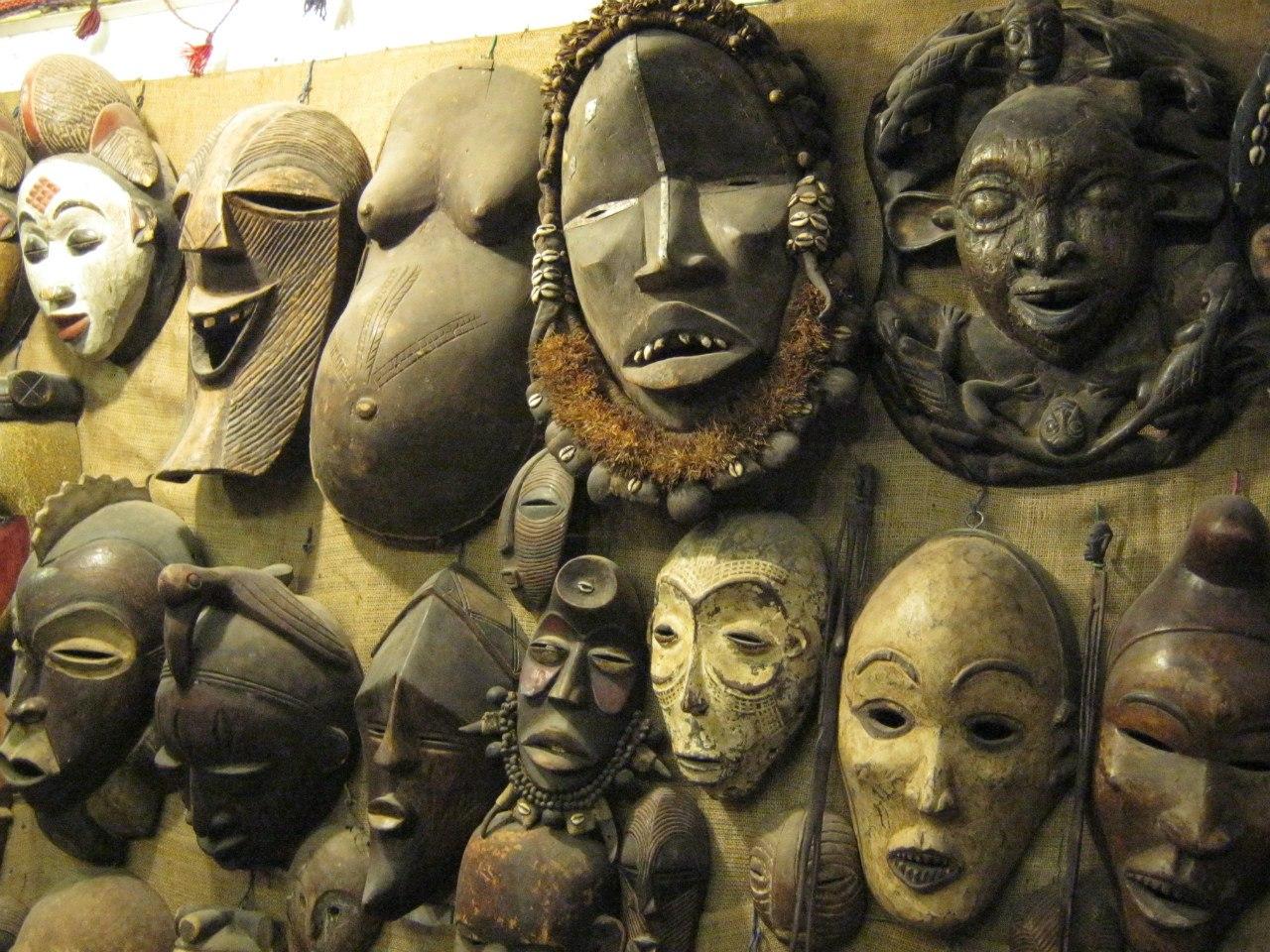Интересные маски из Африки на базаре в Асуане