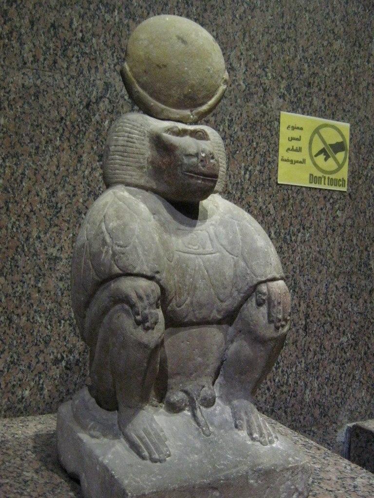 скульптура бабуина, держащего солнце в Нубийском музее (в городе Асуан)