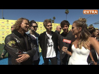 5 Seconds of Summer Hangs with 'Extra' at the Teen Choice Awards