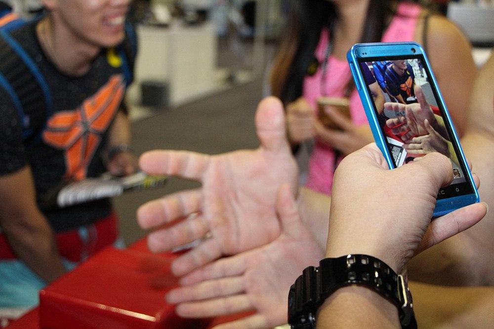 Denis Cyplenkov at FIBO China 2015, Hands size comparison │ Photo Source: Fitness Energy, фитнес-клуб в Орле