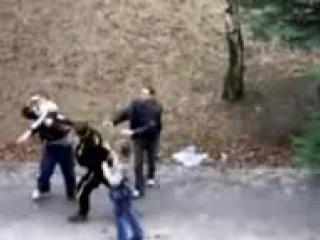 Боксер защищает девушку от гопников!.mp4.3GP