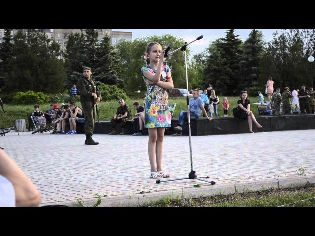 Девочка зачитала свое стихотворение в память Алексея Борисовича Мозгового.