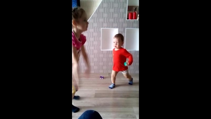 Софи танцует, Серж на подтанцовке)