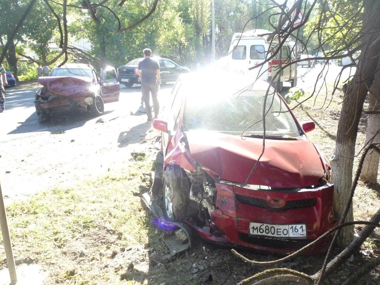 Пять человек пострадали при столкновении трех машин в Ростовской области