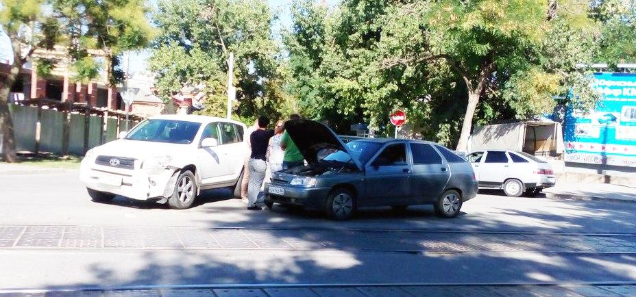 В центре Таганрога столкнулись «ВАЗ-2112» и Toyota