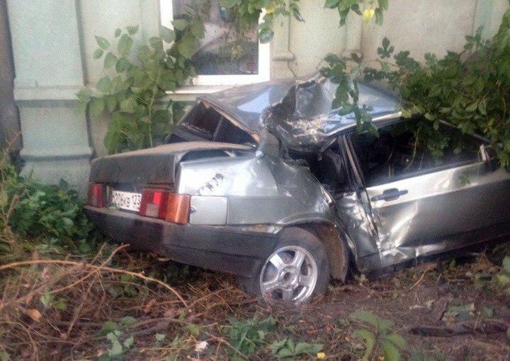В Таганроге на ул. Дзержинского «ВАЗ-21099» с номерами Краснодарского края врезался в дом