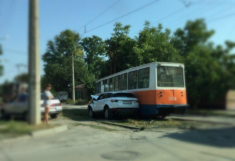 В Таганроге Range Rover на полном ходу протаранил трамвай