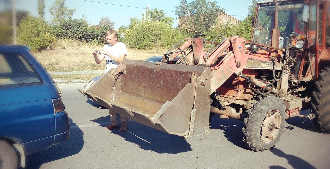 В Таганроге недалеко от «Ленты» трактор ковшом протаранил «ВАЗ-2111»