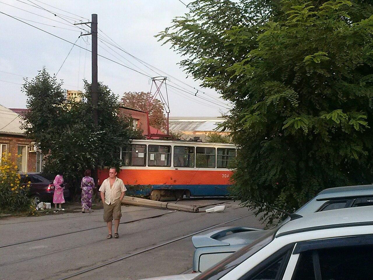 Сегодня утром в Таганроге трамвай сошел с рельсов, сбил столб и протаранил дерево