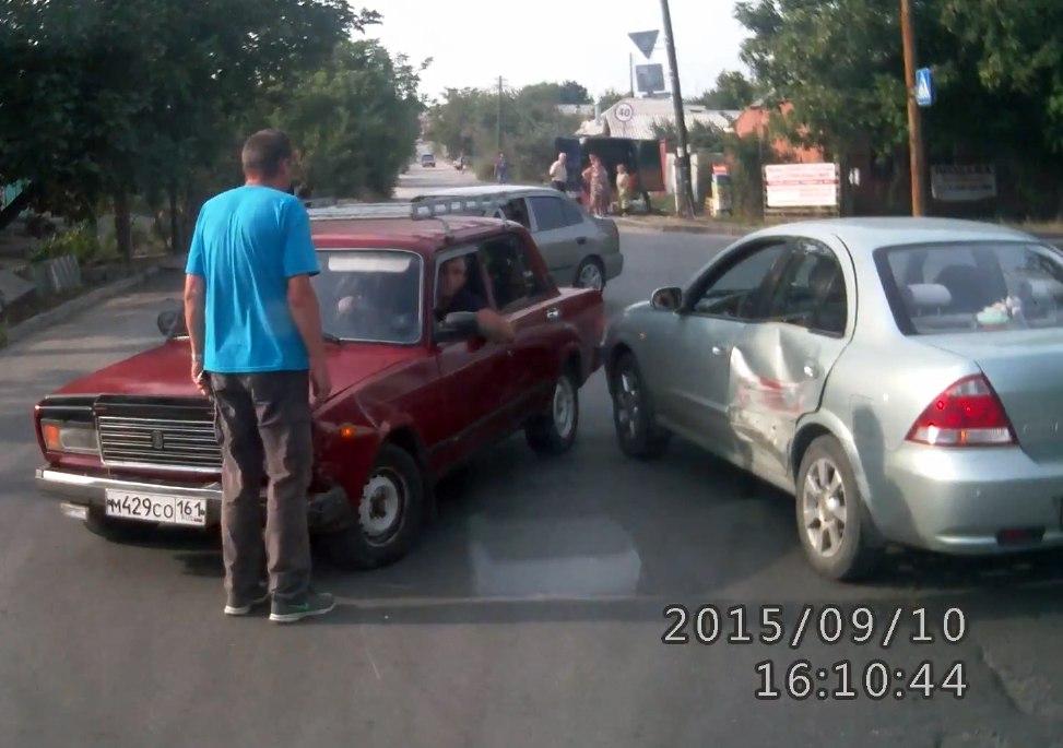 В Таганроге пьяный водитель «ВАЗа» протаранил иномарку и уехал с места ДТП. ВИДЕО