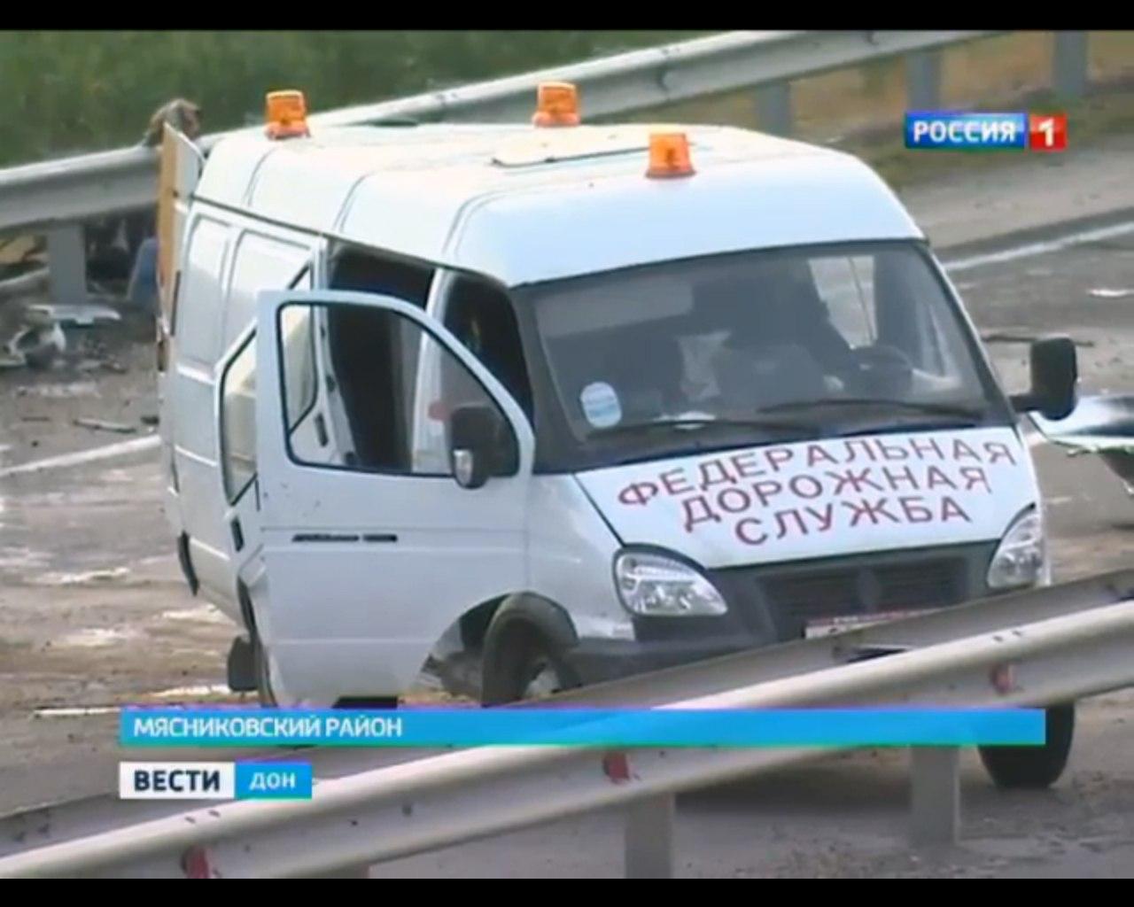 На трассе «Ростов-Таганрог» Skoda Fabia перевернулась после столкновения  с «Газелью» дорожников